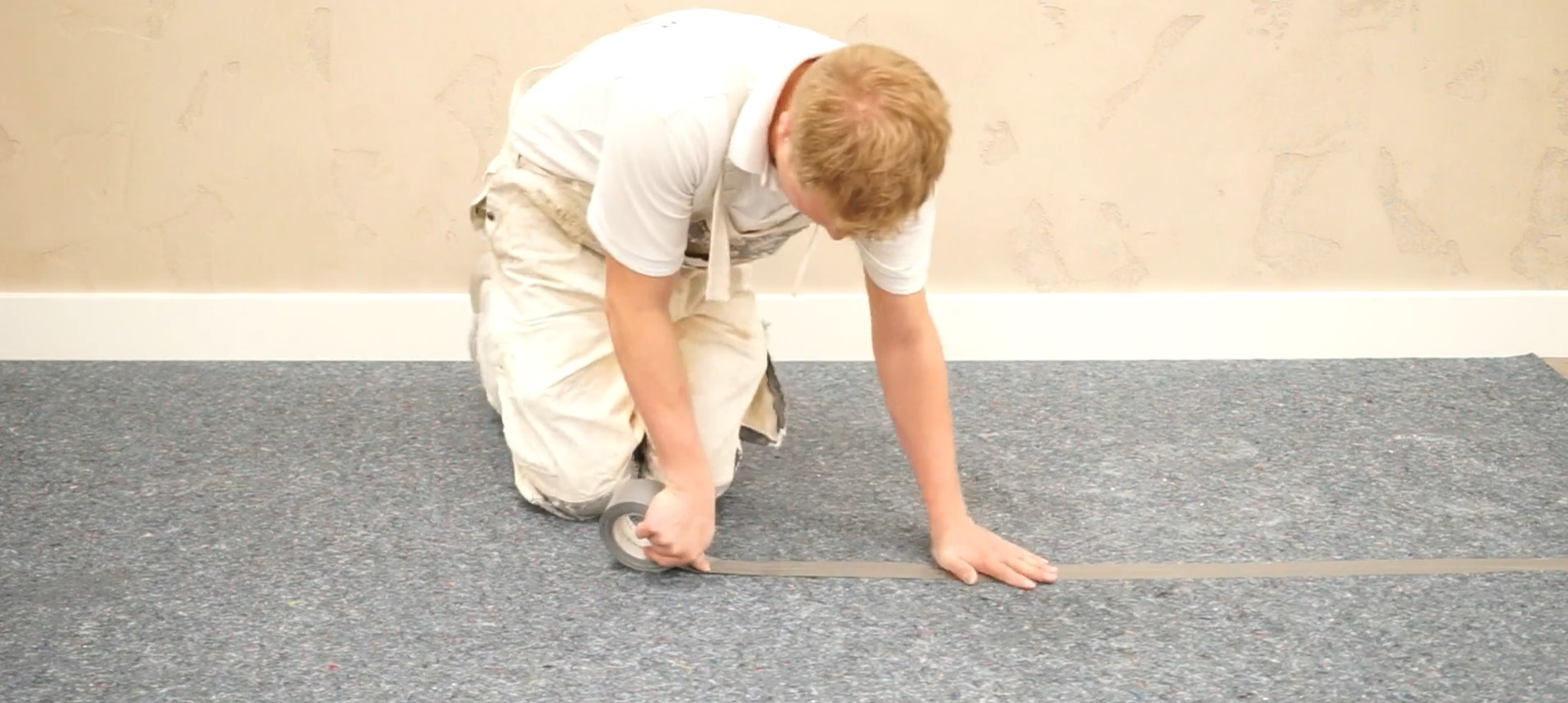 Dán các mép thảm bảo vệ sàn với nhau