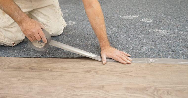 Dán băng dính mép thảm bảo vệ sàn vào sàn