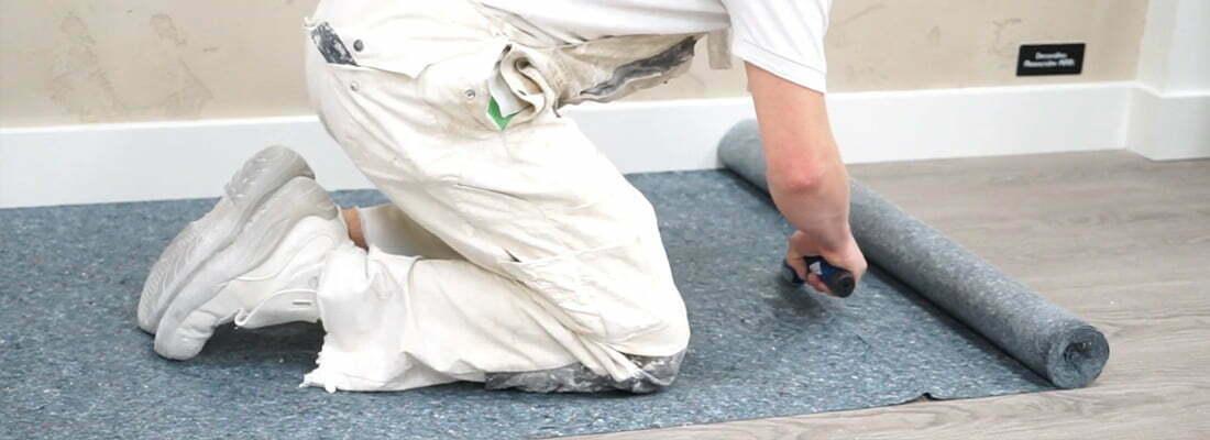 Cắt cuộn thảm bảo vệ sàn khi đạt độ dài